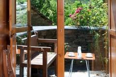 Mesa y banco en la terraza